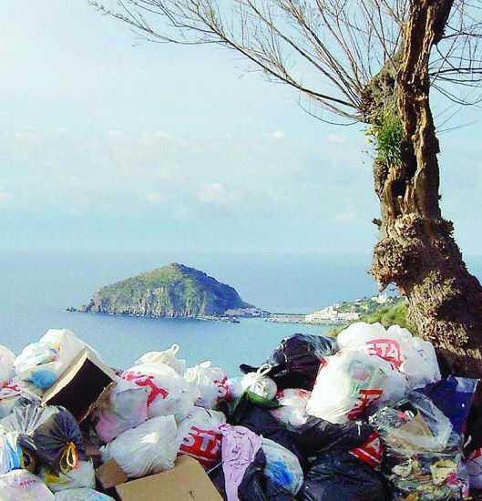 I rifiuti di Napoli e la Lega carogna