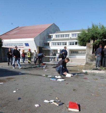 Bomba assassina contro la scuola