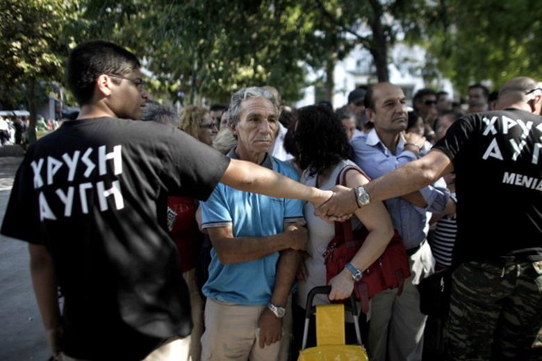 I nazisti greci negano il cibo agli stranieri