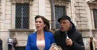 """L'aggressione sessista di Enrico Lucci delle """"Iene"""" a Maria Elena Boschi"""