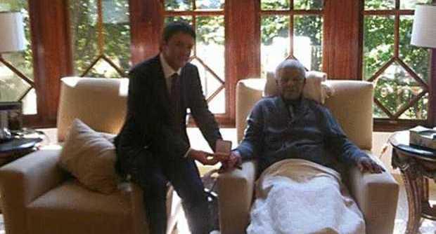 Camicia bianca contro bandiera rossa, ma il Renzi-Mandela sull'apartheid non la conta giusta