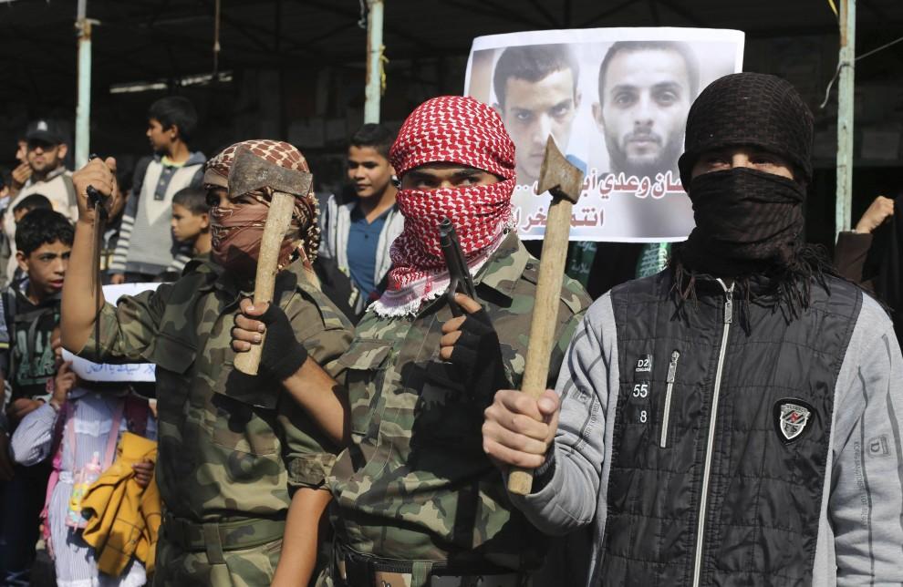 L'esultanza con l'ascia dei miliziani di Hamas a Gaza