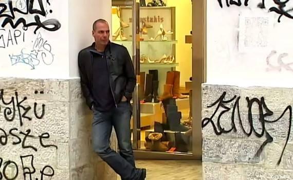 Il mitico, sbrindellato ministro Varoufakis arriva in moto e sfratta la Troika