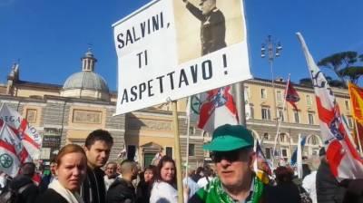 Così il camaleonte verdenero ha conquistato Piazza del Popolo