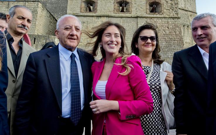 Se la ministra Boschi si mette in posa, malvolentieri, col candidato De Luca