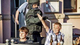 La bellissima foto del poliziotto che impedisce un saluto nazista contro chi vuole accogliere i profughi