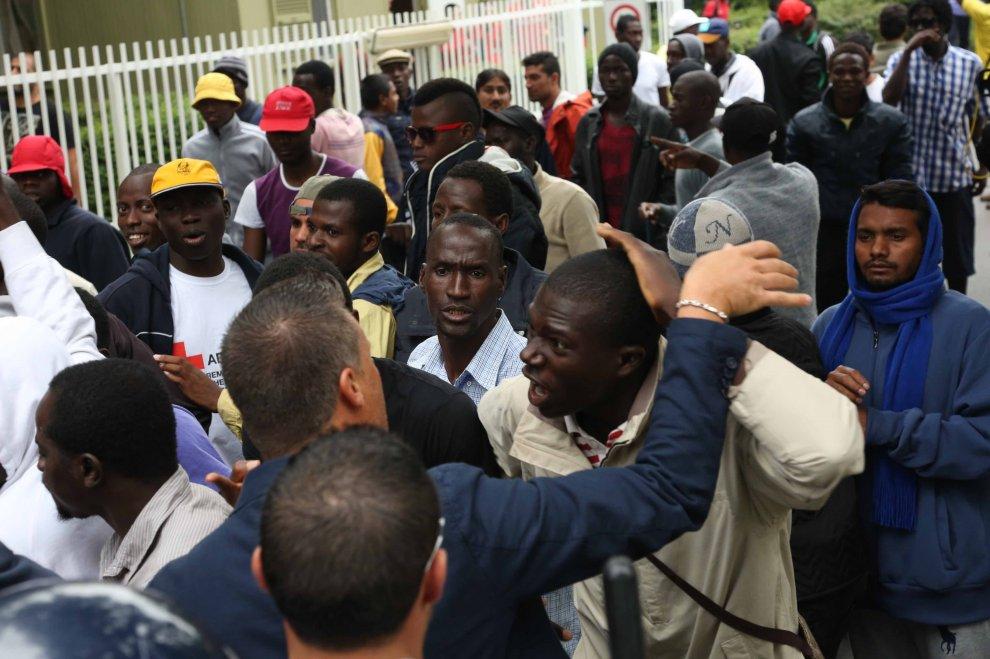 I richiedenti asilo che protestano a Milano sono il simbolo dell'inadempienza italiana
