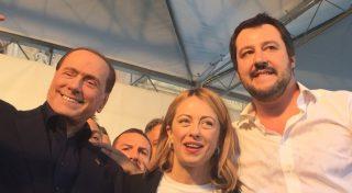Il ridicolo show della destra romana, con Salvini criticato per gli stranieri ai suoi banchetti