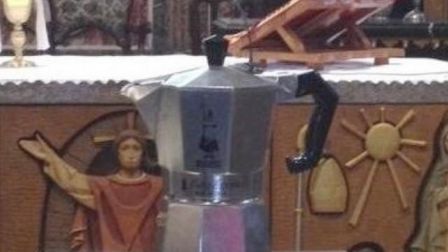 La moka Bialetti sull'altare di una chiesa e l'idolatria del mercato: quando è troppo è troppo