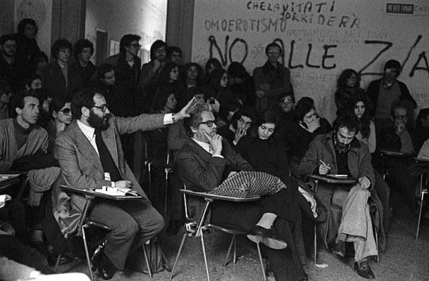 Noi lo ricordiamo così… la foto di Umberto Eco in assemblea al Dams nel 1977