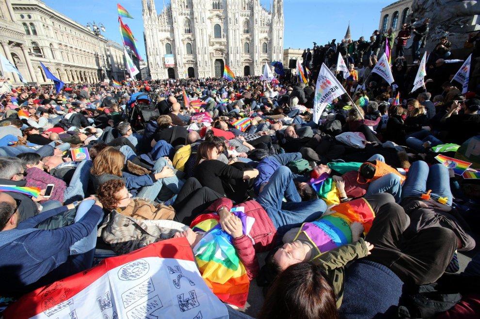 #temposcaduto, migliaia in piazza Duomo. Così Milano richiama ai suoi impegni un Pd troppo esitante