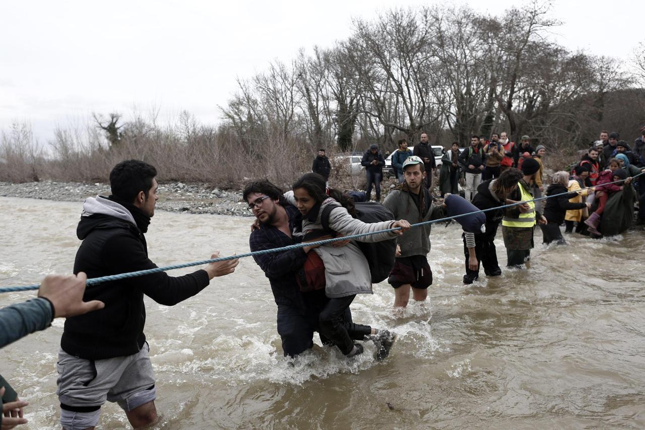 Onore ai ragazzi di NoBorder che hanno organizzato il guado dei migranti nel Fiume Secco di Idomeni