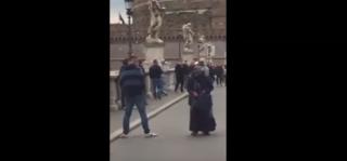 La dignità della mendicante umiliata dagli ultrà imbecilli dello Sparta Praga