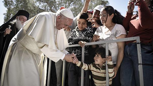 La visita di Francesco a Lesbo svanisce in fretta dagli schermi tv ma resterà nel cuore e nella memoria