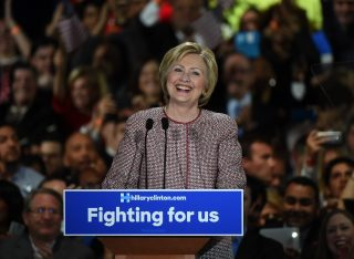 Hillary Clinton e Donald Trump trionfano a New York, nomination sempre più vicina