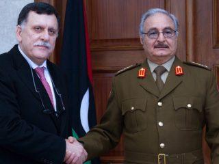 In Libia, per non sbagliare, l'Italia si schiera col premier Serraj ma anche col rivale Haftar