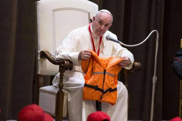 """Francesco e il salvagente: ve lo vedete un leader politico che reagisca come il papa """"radicale"""" alla tragedia dei migranti?"""